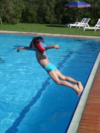 piscine un saut d'enfant