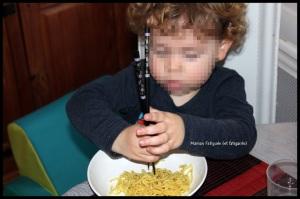 Manger avec des baguettes