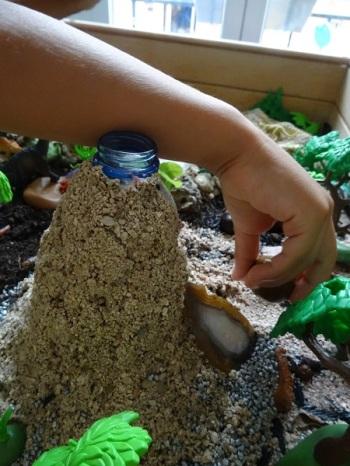 bac-sensoriel-dinosaure-enfant